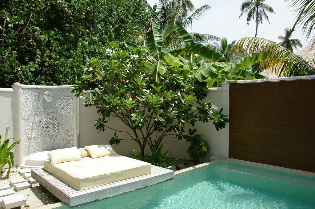 Titre cour int rieure avec piscine d 39 une villa jardin du for Couvrir une cour interieure